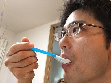 チアシードを混ぜたヨーグルトを食べるガーデンドクター柴ちゃん。
