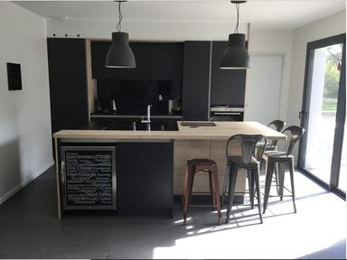 cuisine laque mat noire avec îlot central dînatoire avec du bois caveà vin plan de travail granit crédence en verre noire moderne contemporaine tendance