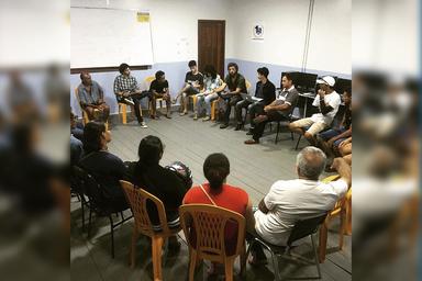 Grupo de pessoas adultas sentadas em círculo, em uma sala. Foto tirada em reunião na Colônia de Pescadores Z1, na cidade de Cruzeiro do Sul, Acre, Brasil, em novembro de 2019. Foto do Instituto Fronteiras.