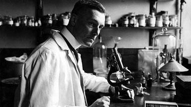 Der Gerichtsmediziner Sir Bernard Spilsbury in seinem Laboratorium.