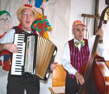 """Zwei """"närrische"""" Sänger: A. Brendel und G.Maibach inm Pfarrheim in Wernborn"""