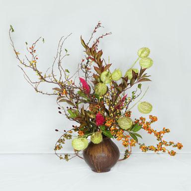 岩淵成方 花材:やしゃびしゃ、風船唐綿、りょうぶ、     つる梅もどき、けいとう、