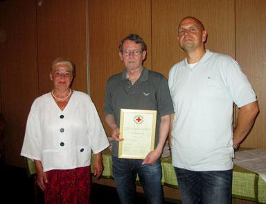 Zum Ehrenvorsitzenden ernannt: Hans-Jürgen Flore (Mitte) mit                                   Markus Wasserthal und Kristin Müller.