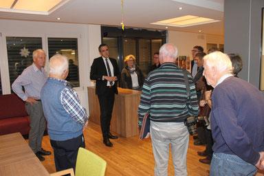 In zwei Gruppen wurden die Mitglieder der CVP durch die Räume des Casa Solaris geführt. Auf unserem Bild Gastgeber Marc Borer.