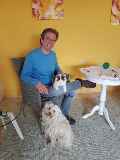 Ich mit meinem Hund und meiner Katze in meinem Büro