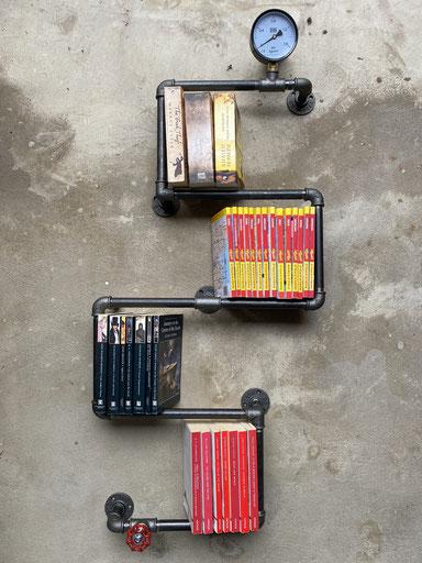 Steampunk Bücherregal aus Rohren als Vintage Wandregal Loft Design Industriemöbel