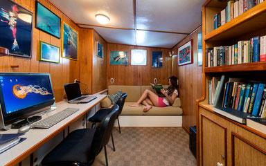 Arbeits- und Lesebereich des Schiffes Seahunter auf der Kokosinseln, ©Underseahunter Group