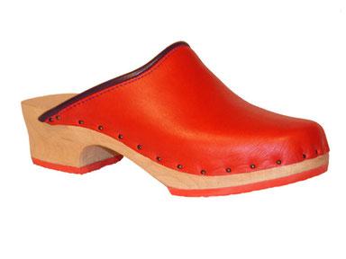 Sabot suédois pour femme, modèle Manue, en cuir et caoutchouc rouge, et bordure prune, réalisé par Isa, artisan sabotier dans les Pyrénées