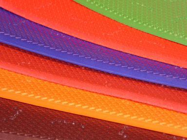 cette photo représente plusieurs couleurs de caoutchouc vibram, du rouge, de l'orange, du bleu, du vert et du marron
