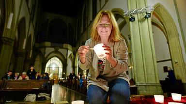 Claudia Frintrop und ihre Mitstreiter vom Vorbereitungsteam freuen sich über den großen Andrang in der Ludgeri-Kirche in Duisburg-Neudorf. (WAZ-Foto: Jörg Schimmel / FUNKE Foto Services)