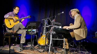 """Zappa meats Perotin"", hieß es im April mit Thorsten Töpp (E-Gitarre) und Hans-Joachim Heßler in der Kirche St. Joseph am Dellplatz. (WAZ-Foto: Hans-Joachim Heßler)"
