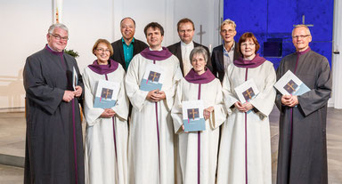 In einem feierlichen Gottesdienst wurden sechs Frauen und Männern damit beauftragt, Beerdigungsfeiern im Ruhrbistum ehrenamtlich zu leiten. (Foto: Volker Wiciok)