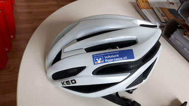 Ein Fahrradhelm mit Volksbank-Aufdruck
