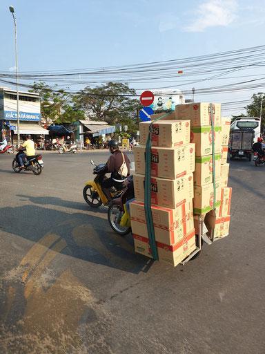 Verkehr in Nha Trang - leicht bepackter Roller