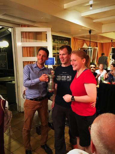 Präsident der TG Wil, Alex Fust, übergibt Gerry Kammerer und seiner Partnerin Evelyn Eichenberger der TG WLS den Siegerpokal.