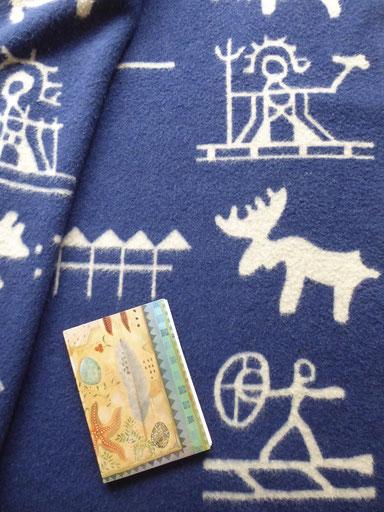 Aantekeningenschrift van de drumavonden op mijn wollen deken uit Lapland. Rechtsonder: de drummende sjamaan.
