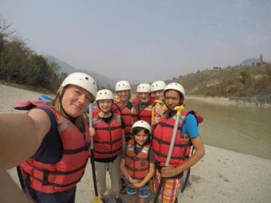Gruppe mit Raftingausrüstung