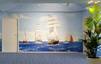 Wandmalerei mit Segelschiffen in einem Geschäftsraum