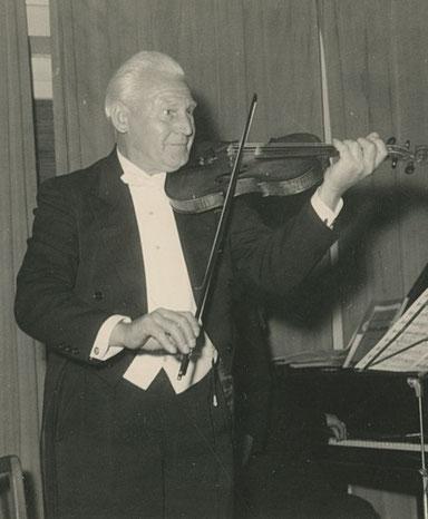 Werner Estinghausen sen. spielt mit der Geige auf