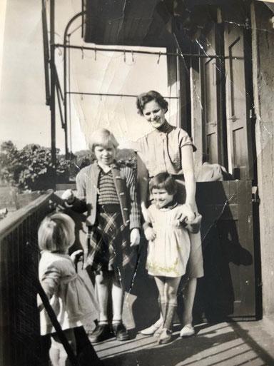 Auf dem Balkon Körnerstraße 2 - Jutta neben der Mutter