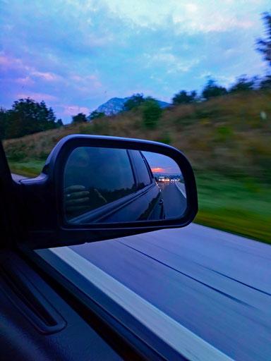 Sonnenaufgang im Rückspiegel auf unserer Fahrt durch Slowenien