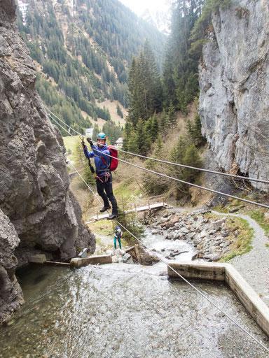 Die Seilbrücke gleich zu Beginn des Rongg-Wasserfall-Klettersteigs