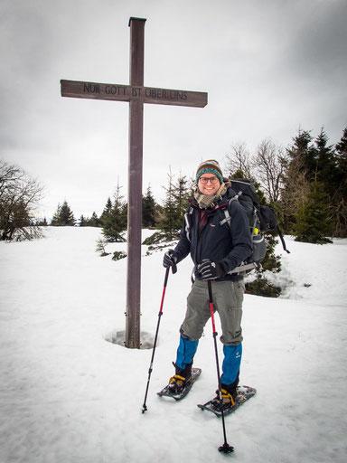 """Bitte lächeln"" - Fotostop am Gipfelkreuz des Schliffkopf"
