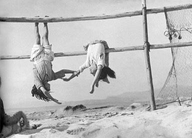 ꧁ ©Sergio Larraín, Les filles du pêcheur, Chili, 1956 ꧂