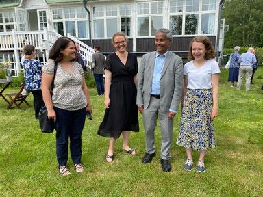 Marie, Catalina, George und Pauline beim Sommerfest des Bischofsbüros