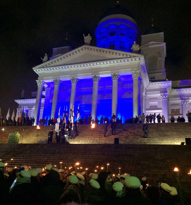 Feier zum Unabhängiskeitstag vor der Domkirche in Helsinki am 6.Dezember