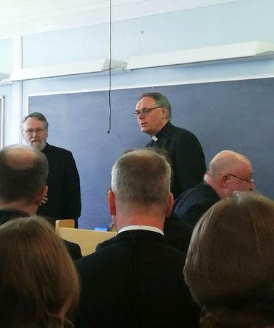 P. Philip Geister (rechts) gratuliert Anders Ekenberg (links)