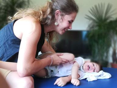 Feinmotorik-Trainerin Marielle Faber während einer NeuroScanBalance Lesson mit einem behinderten Kind