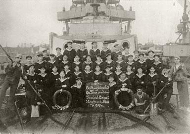 Mannschaft der Posen, Anfang November 1918, zur Zeit des Matrosenaufstandes in Brunsbüttel. Der Göttinger Wilhelm Dettmer, Jahrgang 1897, war Mannschaftsmitglied auf der Posen. Foto: Sammlung Sönke Linning