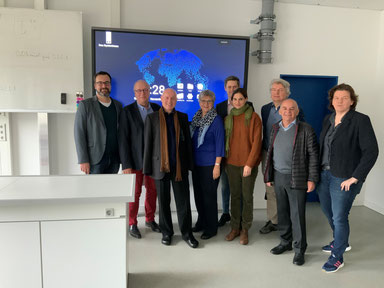 Bild (v. l. n. r.): Marco Müller u. Heribert Schieler (beide Schulleitung), Ulrich van Bebber (FDP),  MdL Helga Lerch, André Nursinski-Stolberg (FDP), Christina Steinhausen (FDP),  Hellmut Meinhof (FDP), Berthold Phiesel (FDP) u. Nina Pfeil (Schulleitung)