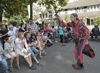 Der Gaukler Kasper Söhnchen zog die Besucher beim Sommerfest des Kastanienhofs in seinen Bann. Foto Andreas Bischof