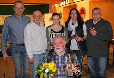 vorn: Vogelkönig Norbert Keese  hinten v. li.: Guntbert Meyer, Walter Sauer, Janine Rohde, Petra Gerlach, Helmut Amelung