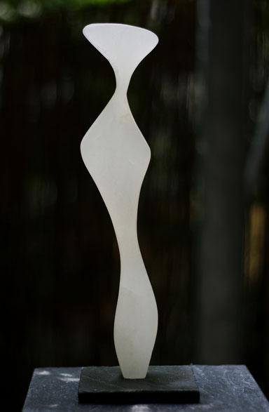 Heidrun Feistner: Das lange Warten / Alabaster weiß / Foto HF