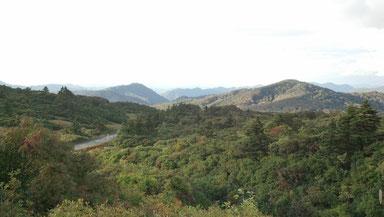 栗駒山山頂付近の展望 写真で見ると、一見日本のどこにでもありそうな大自然ですが…