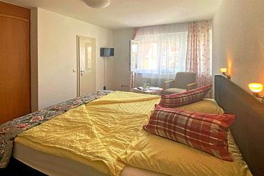 Doppelzimmer mit privatem Badezimmer, TV und WLAN