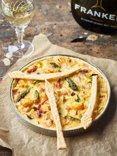 Spargel Quiche mit grünem Spargel und Kartoffeln.
