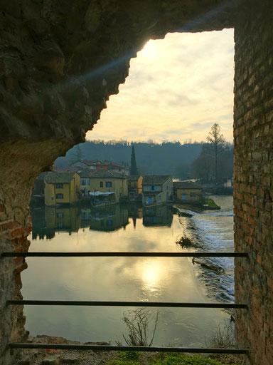 le case di borghetto sul mincio incorniciate dalle rovine del ponte Visconteo