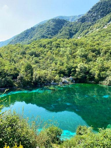 Riserva Naturale del lago di Cornino in Friuli, montagne avvoltoi lago colorato