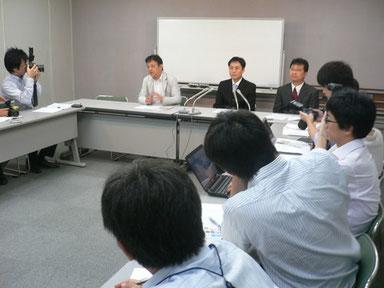 2015年8月11日、島根県庁で記者会見に臨む遠藤秀和氏ら