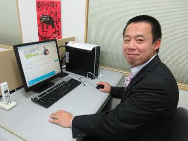 パソコンに向かう吉井やすみ秘書