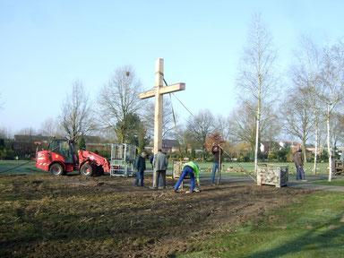 Das Kreuz ist aufgerichtet und provisorisch gesichert - Foto: HPD