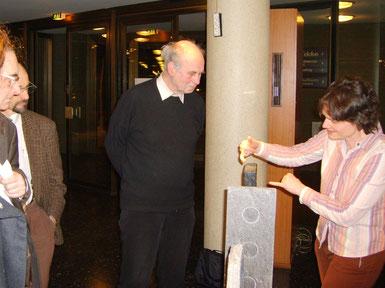 """Frau Dr. Schirrmeister Geologin am Stein während der Ausstellung """"Kunst trifft Wissenschaft"""" in der Urania Berlin e.V., 2008"""