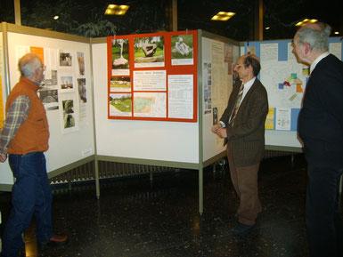 """Herr Prof. J. H. Schroeder Geologe bei der Erläuterung in der Urania e.V. Berlin zu Steine ohne Grenzen und dem Projekt """"Steine in der Stadt"""", 2008"""
