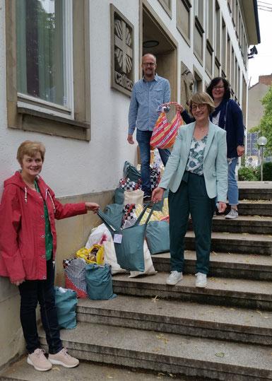 Foto: Ricarda Krabbemeyer, Caritas | Monika Schnellhammer (in grün), Geschäftsführerin Caritasverband für die Stadt und den Landkreis Osnabrück, die Namen der Kolleg*innen sind Mika Springwald und Beate Schreinemacher (SKF)