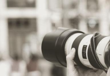 Bild eines großen Kameraobjektivs vor unscharfem Hintergrund