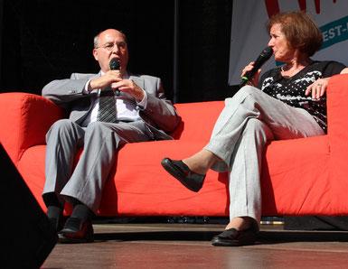 Gregor Gysi im Gespräch mit Beate Klarsfeld, auf dem Roten Sofa sitzend. Foto: Helga Karl,